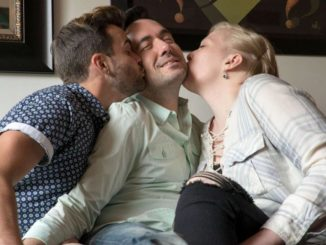 Donna si fidanza con una coppia gay
