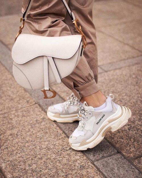 SaddleBag: torna di moda la borsetta da sella marcata Dior